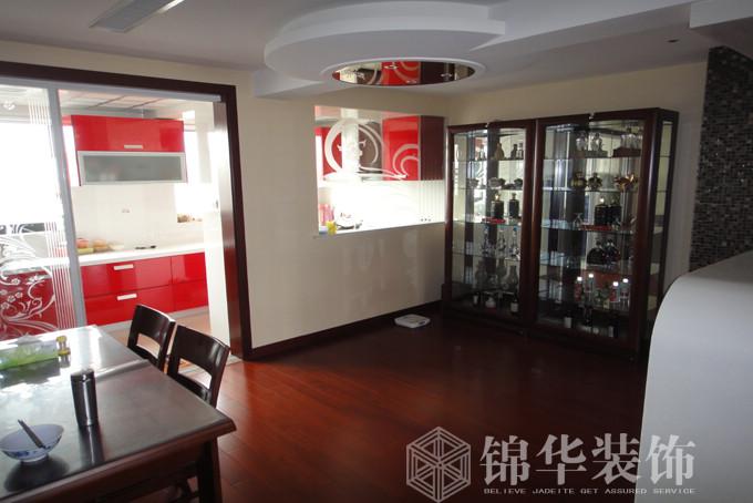 客厅背景墙边框采用茶镜处理,又使整个空间充满了现代气息.